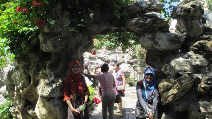 gua mini di dalam taman